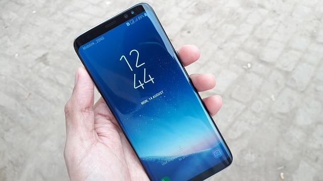 Samsung S8 in der Hand